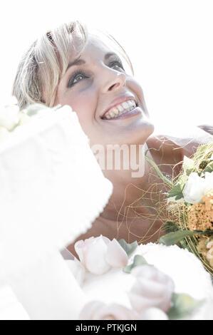 Braut, Portrait, Aussen, Sommer, Hochzeit, Heirat, Eheschliessung, Vermaehlung, Heiraten, Brautstrauss, Freude, Glueck, Gluecklich, Hochzeitstorte, To - Stock Photo