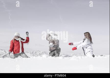 Berglandschaft Mann Frau Frauen Zwei Jung Froehlich Gemeinsam 20-30 Jahre 30-40 Aussen Winter Schnee Skiurlaub Winterurlaub Blauer Himmel Freizeit Fer - Stock Photo
