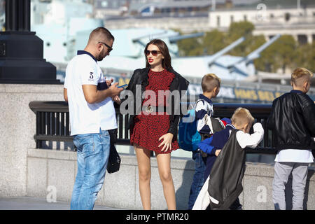 London, UK. 10th Oct, 2018. People enjoy the warm Autumn sunshine in Central London as high pressure continues to build this week. Credit: Keith Larby/Alamy Live News - Stock Photo