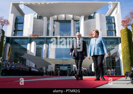 Berlin, Germany. 10th Oct 2018. 10 October 2018, Berlin: Federal Chancellor Angela Merkel (r, CDU) welcomes Sebastián Pinera, President of Chile, with military honours before the Federal Chancellery. Photo: Bernd von Jutrczenka/dpa Credit: dpa picture alliance/Alamy Live News - Stock Photo