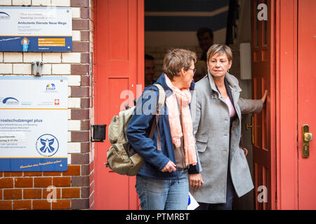 10 October 2018, Berlin: Elke Breitenbach (r, Die Linke), Senator for Integration, Labour and Social Affairs, is leaving the building of the coordination office for location development for cold aid. On Wednesday, the Berlin Senator for Integration, Labour and Social Affairs Breitenbach (Die Linke) visited Berlin institutions of homeless help. Photo: Arne Immanuel Bänsch/dpa - Stock Photo