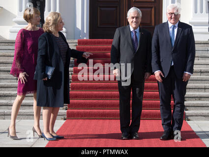 10 October 2018, Berlin: Federal President Frank-Walter Steinmeier (r-l), Sebastian Pinera, President of Chile, the wife of the Chilean President, Cecilia Morel, and Elke Büdenbender, wife of the Federal President, are standing in front of Bellevue Castle during the welcoming address. Photo: Ralf Hirschberger/dpa-Zentralbild/dpa - Stock Photo