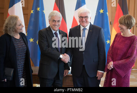 10 October 2018, Berlin: Elke Büdenbender (r-l), wife of Federal President Frank-Walter Steinmeier, Sebastián Pinera, President of Chile, and the wife of the Chilean President, Cecilia Morel, are standing after the entry in the guestbook in Bellevue Castle. Photo: Ralf Hirschberger/dpa - Stock Photo