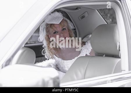 Braut Hochzeit Heirat Heiraten Brautkleid Auto Sitzen Hochzeitsauto Romantik Women (Modellfreigabe) - Stock Photo