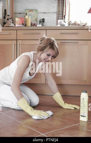 Hausfrau Putzen Boden wischen schruppen knieend knieen