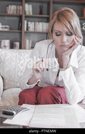 Frau Wohnzimmertisch Rechnungen Vertraege Mietvertrag Versicherung Versicherungsvertrag Kaufvertrag Abschluss pruefen Taschenrechner Haushaltsgeld Hau