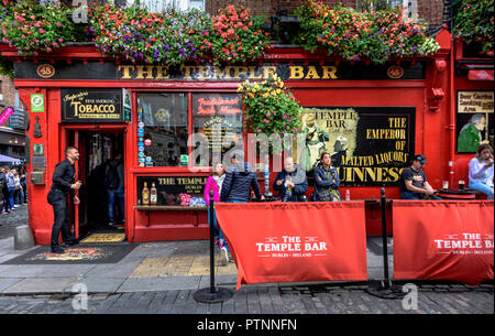 Tourists standing in front of the Temple Bar Pub in Dublin, Ireland - Stock Photo
