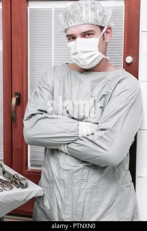 Op-saal Op-arzt Mundschutz Haube Portrait Care Krankenhaus Klinik Mann Mediziner Medizin Doktor Op Operationssaal Operieren Chirug Konzentration Op-kl - Stock Photo
