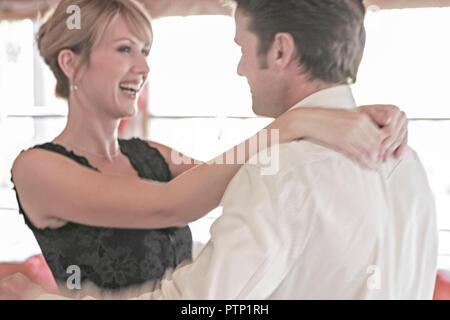 Mann flirt berührung