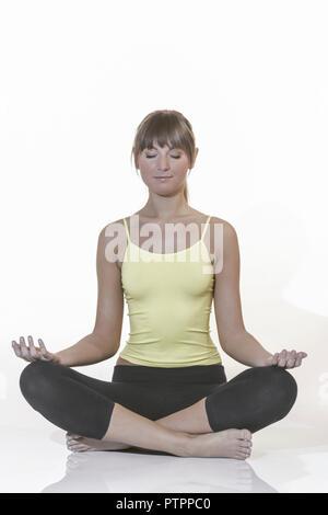 Frau Jung Yogauebung Innen Yoga Meditieren Meditation Gesundheit Wellness Entspannung Erholung Entspannen Erholen Ausgeglichen Ausgeglichenheit Ausgle - Stock Photo