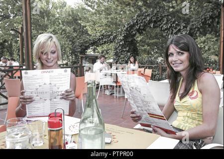 Frau Frauen Zwei Freundinnen Restaurant Garten Pizzeria, Froehlich Halbportrait Aussen Lokal Jung Laecheln Stimmung Positiv Gluecklich Essen Speisen G - Stock Photo