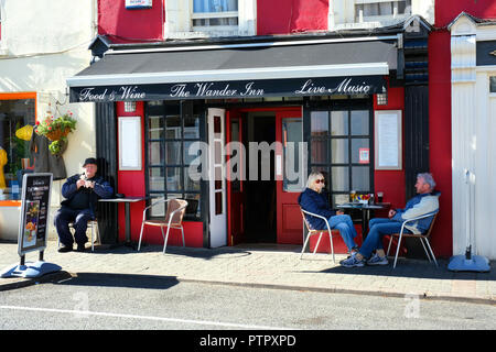 Tourists enjoying a drink outside at a street cafe, Kenmare, County Kerry, Ireland - John Gollop - Stock Photo