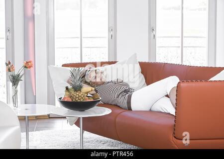 Lifestyle, 30-35, 30-40, Erwachsener, Frau, Freizeit, zu Hause, Innen, Portrait, Sympathisch, Natuerlich, Leute, Menschen, Liegen, liegend, Stimmung,