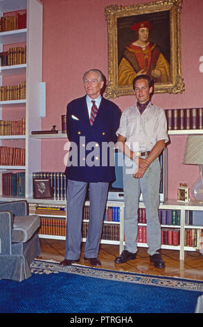 Karl Emanuel, 14. Herzog von Croy mit Sohn Rudolph in Haus Merfeld in Dülmen, Deutschland 1985. Karl Emanuel, 14th duke of Croy with his son Rudolph at Merfeld mansion in Duelmen, Germany 1985. - Stock Photo