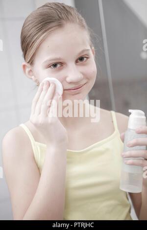 12-14 Jahre, Akne, Behandlung, Portrait, Gesicht, Gesichtsausdruck, Gesichtshaut, Gesichtspflege, Haut, Hautpflege, Hautprobleme, Haende, Jugend, Juge - Stock Photo