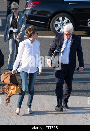 10 October 2018, Berlin: 10 October 2018, Germany, Berlin: President Frank-Walter Steinmeier and his wife Elke Buedenbender board a plane at the military section of Tegel Airport to fly to Athens (Greece). President Steinmeier and his wife start a three-day state visit to Greece. Photo: Bernd von Jutrczenka/dpa - Stock Photo