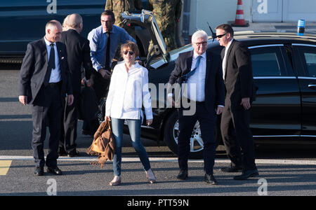 10 October 2018, Berlin: 10 October 2018, Germany, Berlin:President Frank-Walter Steinmeier and his wife Elke Buedenbender board a plane at the military section of Tegel Airport to fly to Athens (Greece). President Steinmeier and his wife start a three-day state visit to Greece. Photo: Bernd von Jutrczenka/dpa - Stock Photo