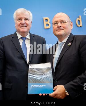 11 October 2018, Berlin: Horst Seehofer (CSU), Federal Minister of the Interior, Building and Home Affairs, and Arne Schönbohm (r), President of the Federal Office for Information Security (BSI), present the BSI Management Report. The BSI is responsible for defending against cyber attacks and advises associations and companies. Photo: Kay Nietfeld/dpa - Stock Photo
