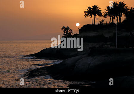 Adeje, Spanien. 19th Sep, 2018. Sunset on the Costa Adeje in the south of the Canary Island Tenerife, taken on 19.09.2018. | usage worldwide Credit: dpa/Alamy Live News - Stock Photo