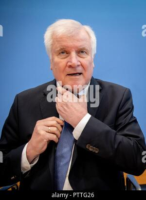 11 October 2018, Berlin: Horst Seehofer (CSU), Federal Minister of the Interior, Building and Home Affairs, presents the situation report of the Federal Office for Information Security (BSI). The BSI is responsible for defending against cyber attacks and advises associations and companies. Photo: Kay Nietfeld/dpa - Stock Photo
