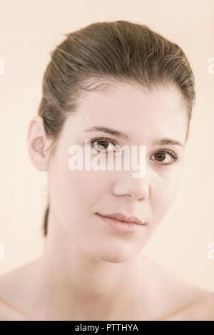 Frau, jung, Blick Kamera, Portrait, 20-30 Jahre, dunkelhaarig, geschminkt, Schoenheit, Natuerlichkeit, makellos, Beauty, Augenfarbe braun (Modellfreig - Stock Photo