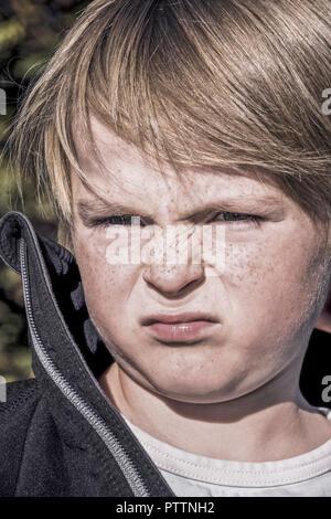 Kleiner Junge ruempft die Nase, Portraet (model-released) - Stock Photo