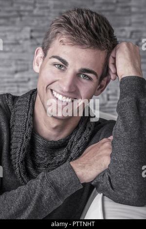 Junger Mann, Portraet, Studioaufnahme (model-released) - Stock Photo