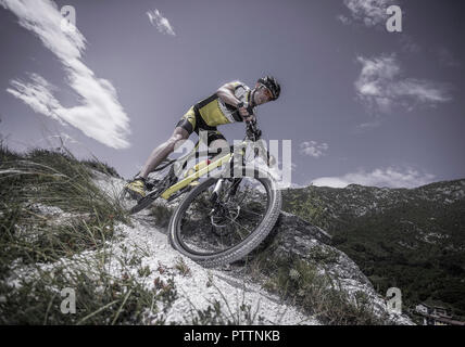 Mann mit Mountainbike im Gebirge (model-released) - Stock Photo