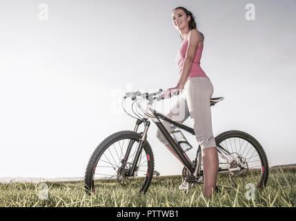 Junge Frau mit Fahrrad (model-released) - Stock Photo