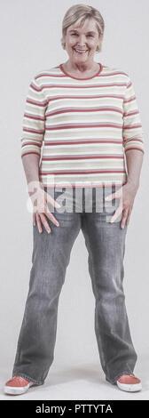 Seniorin in Jeans und Pulli (model-released)