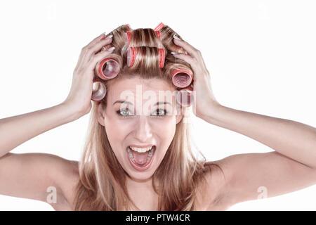 Frau, jung, blond, Portrait, Lockenwickler, innen, Erwachsene, Schoenheit, Beauty, Gesicht, natuerlich, Natuerlichkeit, Ausstrahlung Zufrieden, Glueck