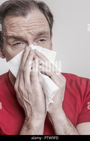 Mann putzt sich die Nase (model-released) - Stock Photo