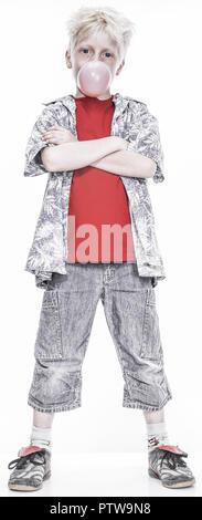 Kleiner Junge mit Kaugummiblase, verschraenkte Arme (model-released)