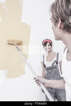 Junges Paar renoviert Wohnung (model-released) - Stock Photo