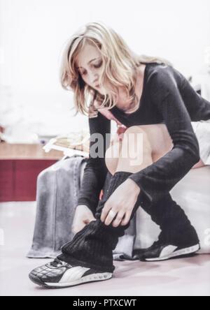 Junge Frau beim Anprobieren von Bekleidung (model-released) - Stock Photo