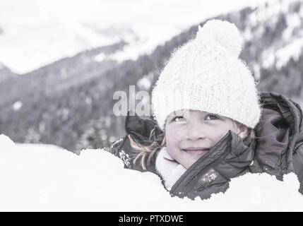 Kleines Maedchen im Schnee, Portraet (model-released) - Stock Photo