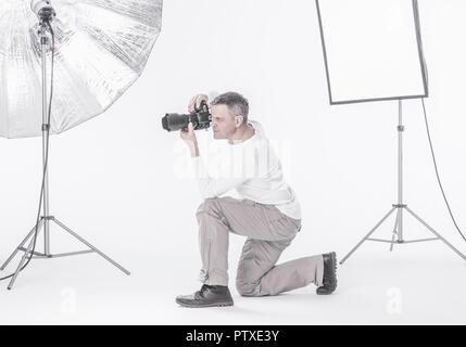 Fotograf im Studio (model-released) - Stock Photo