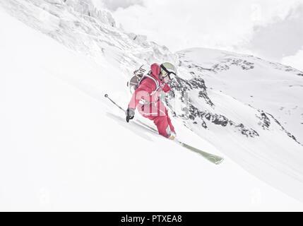 Skifahrer in alpinem Gelaende (model-released) - Stock Photo