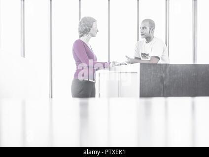 Paar, stehen in Buero, unterhalten sich (model-released) - Stock Photo