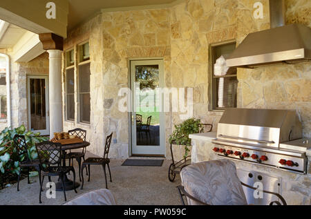Luxury outdoor kitchen at residential home, Texas, USA - Stock Photo