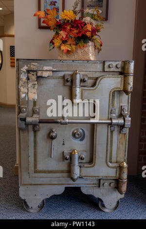 antique bank safe Stock Photo: 221913551 - Alamy