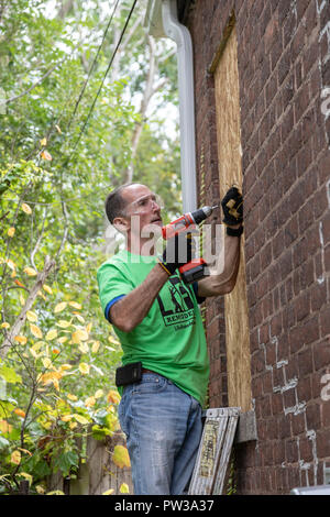 Detroit, Michigan - Volunteers clean up a distressed neighborhood during a week-long community improvement initiative called Life ReModeled. Volunteer - Stock Photo
