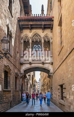Pont del Bisbe, a neo gothic footbridge on Carrer Bisbe in the Gothic Quarter ( Barri Gotic ), Barcelona, Catalunya, Spain. - Stock Photo