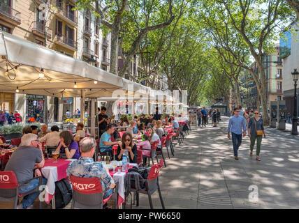 Las Ramblas, Barcelona. Cafe on the busy Rambla dels Caputxins, Barcelona, Catalunya, Spain. - Stock Photo