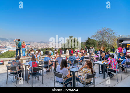 People sitting outside on the terrace of the cafe at the Museu Nacional d'Art de Catalunya (MNAC), Montjuïc, Barcelona, Spain. - Stock Photo