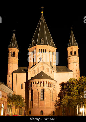 Mainz, Germany, October 12th. 2018 - East facade of the Cathedral St. Martin Dom in Mainz illuminated at night. After burning down in 1009, the cathed - Stock Photo
