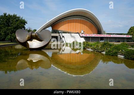 Skulptur 'Large Divided Oval Butterfly' von Henry Moore, Haus der Kulturen der Welt, Berlin-Tiergarten (nur fuer redaktionelle Verwendung. Keine Werbu - Stock Photo
