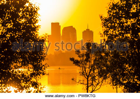 Man rowing a scull on Sloans Lake at sunrise, Denver, Colorado USA. Sloan's Lake is the biggest lake in Denver, and at 177 acres, it's the city's seco - Stock Photo