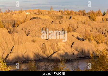Russia. 13th Oct, 2018. TULA REGION, RUSSIA - OCTOBER 13, 2018: Quarries (Romantsevo Hills) in the village of Konduki. The quarry lakes in the village of Konduki are in Top 5 of the most beautiful places of the Tula Region. Marina Lystseva/TASS Credit: ITAR-TASS News Agency/Alamy Live News - Stock Photo