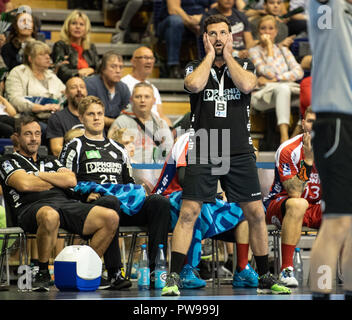 Berlin, Germany. 14 October 2018.  14 October 2018, Germany, Berlin:Handball: Bundesliga, Fuechse Berlin vs TBV Lemgo Lippe, Matchday 9: Lemgo coach Florian Kehrmann reacts on the sidelines. Photo: Fabian Sommer/dpa Credit: dpa picture alliance/Alamy Live News - Stock Photo